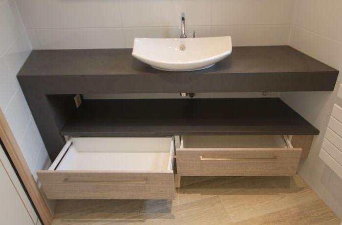 Meuble moderne de salle de bain entre deux murs for Rangement entre deux meubles
