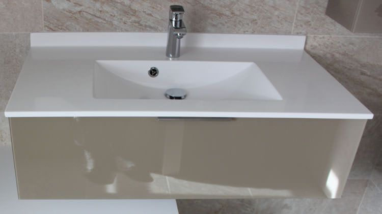 Salle de bain vasque blanche et meuble taupe atlantic bain for Meuble salle de bain plan vasque en verre
