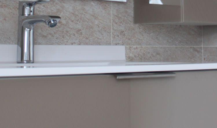 Salle de bain vasque blanche et meuble taupe atlantic bain for Poignee porte meuble salle de bain