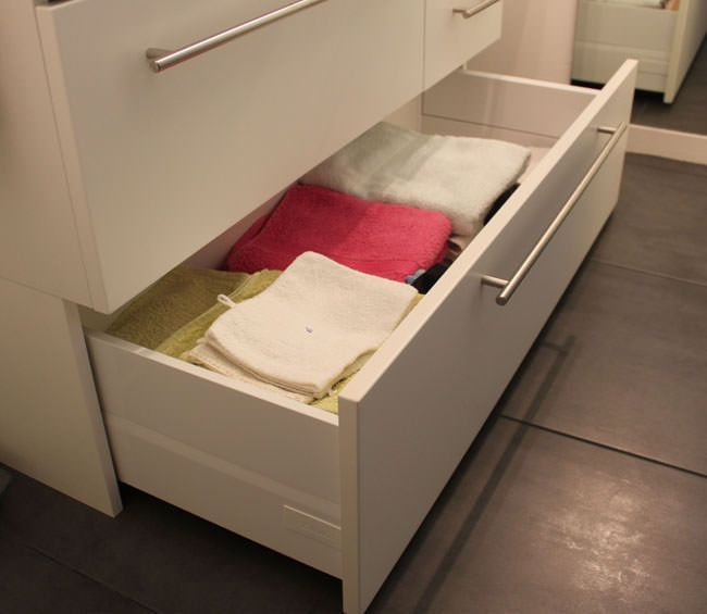 Petit meuble de salle de bain sur mesure fonctionnel for Meuble avec plein de petit tiroir