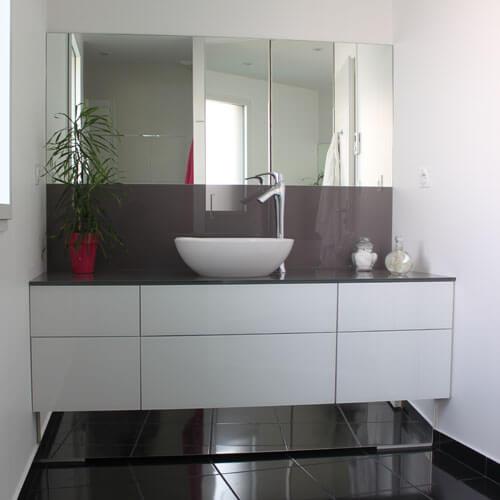 meuble-tres-modern-et-design-en-verre
