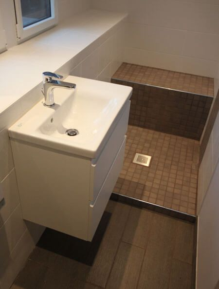 Un meuble id al pour une salle de bains troite for Bain en coin avec douche