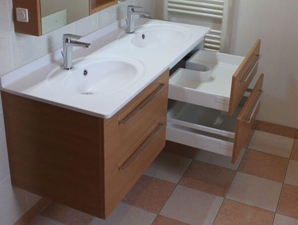 un meuble suspendu double vasque et armoire glace. Black Bedroom Furniture Sets. Home Design Ideas