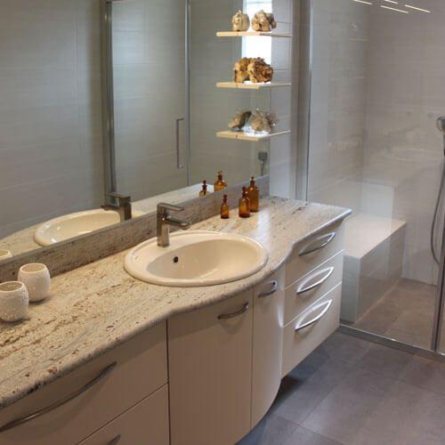 marbre-kashmir-white-sur-un-meuble-sur-mesure