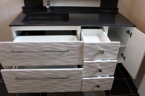 Plan avec vasque d centr e sur un meuble design suspendu for Meuble de rangement pour salle de bain