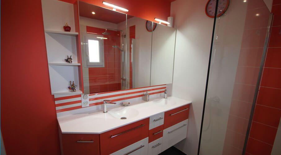 Une salle de bain orange et un meuble sur mesure - Meuble salle de bain orange ...