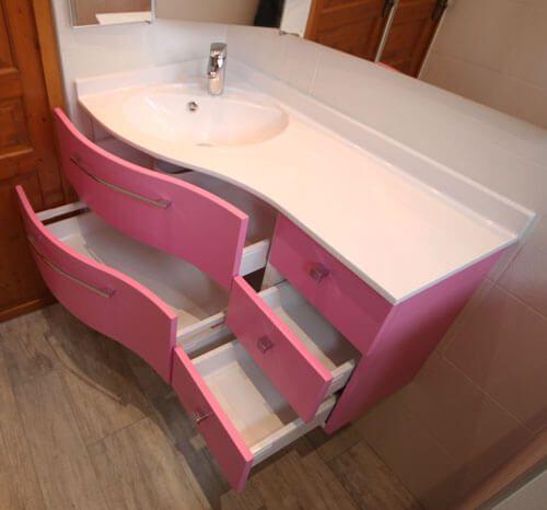 Un meuble d 39 angle rose avec tiroirs galb s atlantic bain for Meuble qui a plusieurs tiroirs