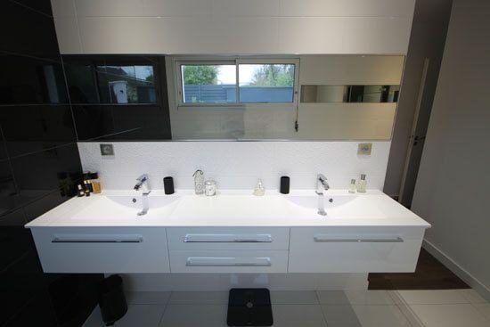une salle de bain noire et blanche chic et tendance. Black Bedroom Furniture Sets. Home Design Ideas