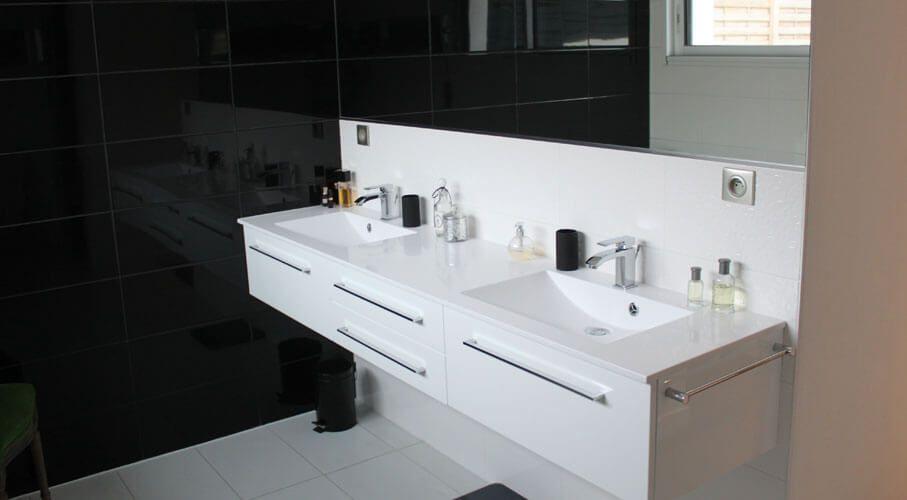 Une salle de bain noire et blanche chic et tendance for Meuble de salle de bain noir et blanc