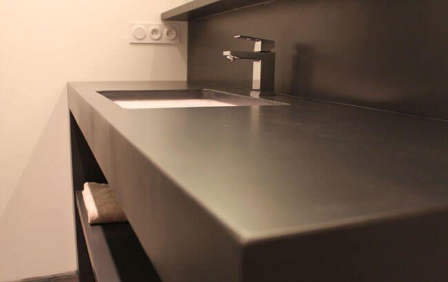 Meuble sobre en b ton cir pour une salle de bain epur e for Meuble salle de bain effet beton cire