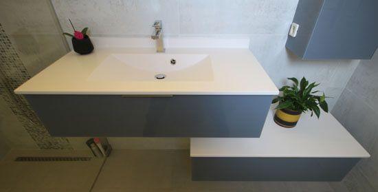 Un meuble en verre d cal avec un plan vasque moul - Armoire de toilette avec prise de courant ...