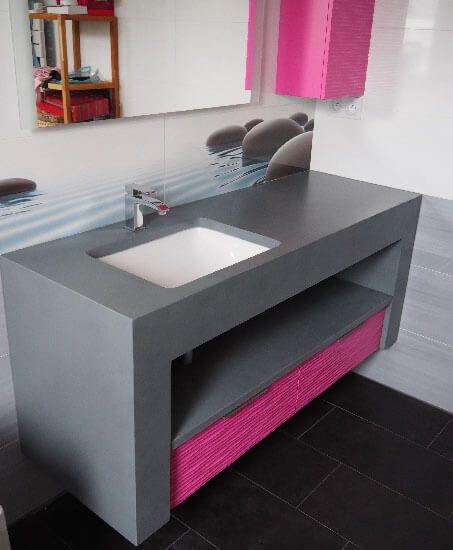 Alliance du b ton cir et du fuchsia pour ce meuble sur - Meuble salle de bain beton cire ...