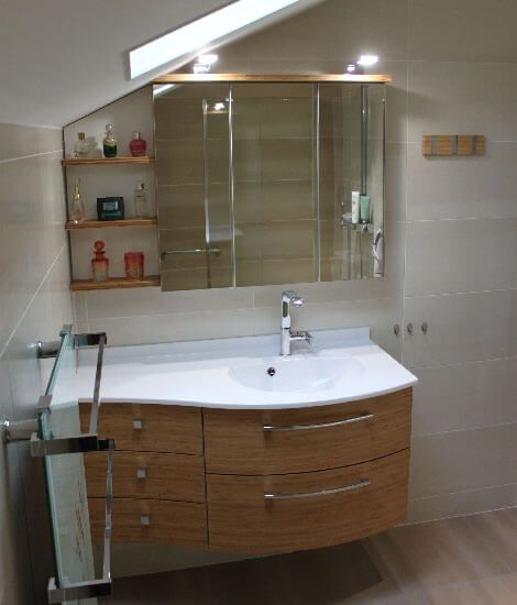 Un meuble galb en bambou massif sous rampant et un mini for Meubles bambou salle de bain