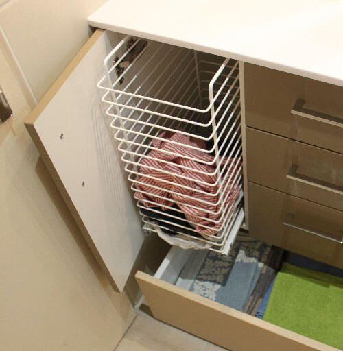 4 id es pour une salle de bains pratique et fonctionnelle - Meuble panier a linge ...