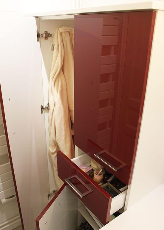 Un meuble rouge et blanc pour une tr s petite salle de for Commode salle de bain