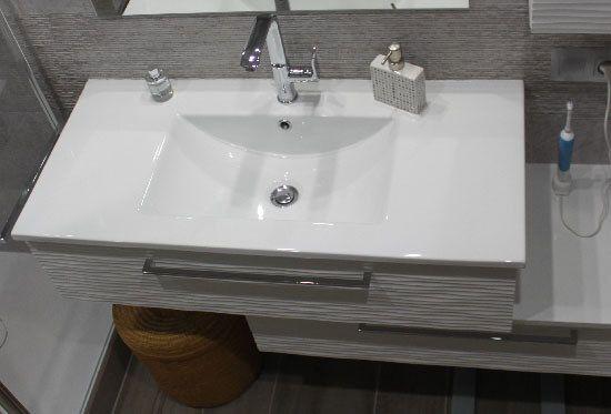 salle de bains de 4 m² avec un meuble en décalé et un lavelinge