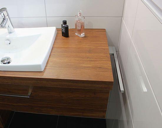 Authentique et moderne un meuble d cal en bois massif for Meuble porte serviette