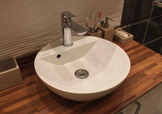 une salle de bains avec un meuble int grant le lave linge atlantic bain. Black Bedroom Furniture Sets. Home Design Ideas