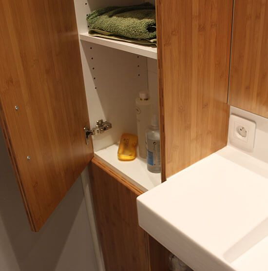 Un meuble bambou originale et un lavabo en c ramique for Plante bambou salle de bain