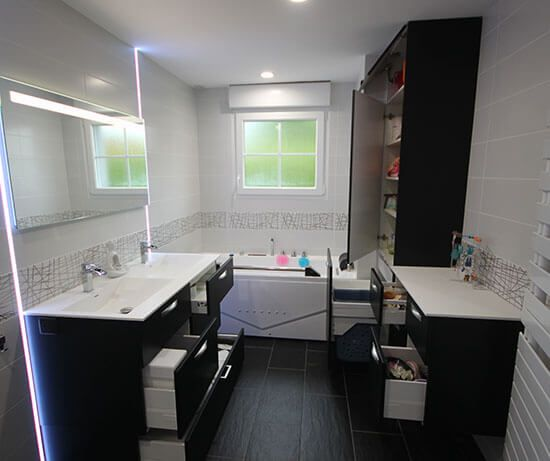 Meuble double vasque et coiffeuse sur mesure en noir et - Meuble salle de bain noir et blanc ...