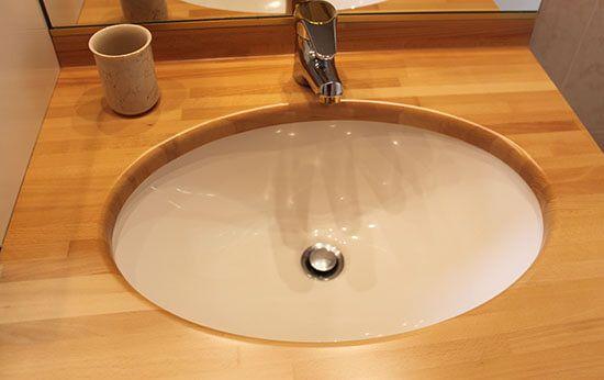 r novation du vernis d 39 un meuble de salle de bains. Black Bedroom Furniture Sets. Home Design Ideas
