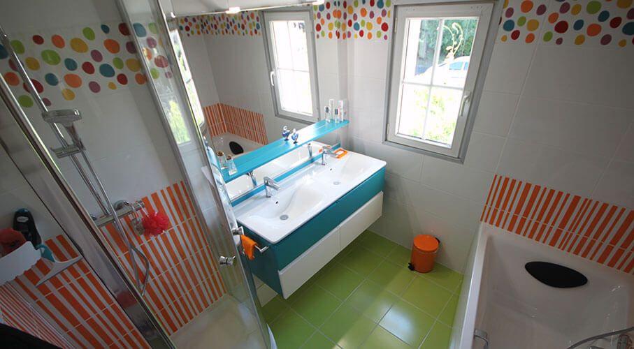 salle-de-bains-colore-avec-meuble-bleu-et-blanc