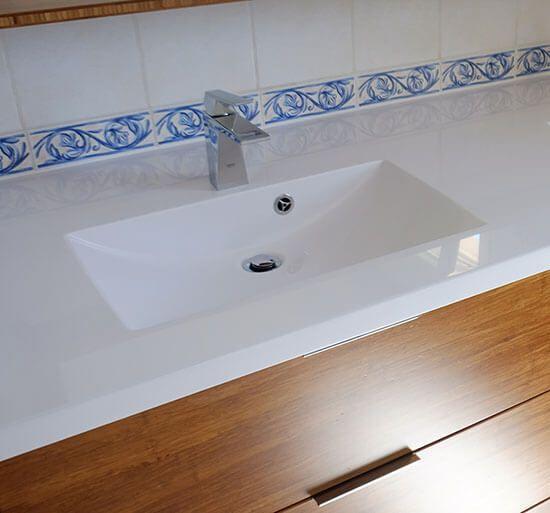 vasque-moderne-solid-surface-blanc-brillant-pour-salle-de-bain