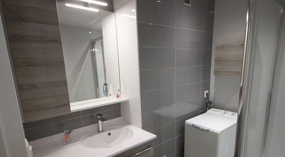 petite-salle-de-bains-avec-meuble-fonctionnel-et-lave-linge