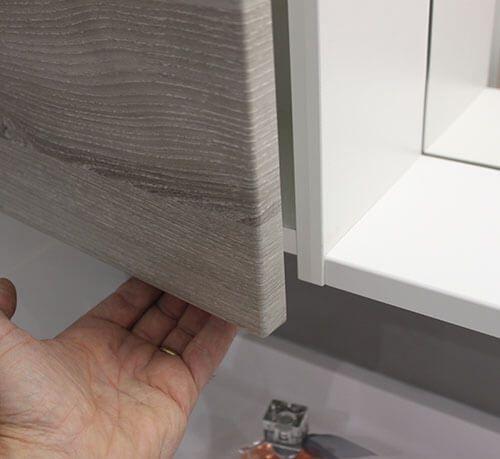 Un meuble sur mesure et fonctionnel ch ne gris et blanc for Poignee porte meuble salle de bain