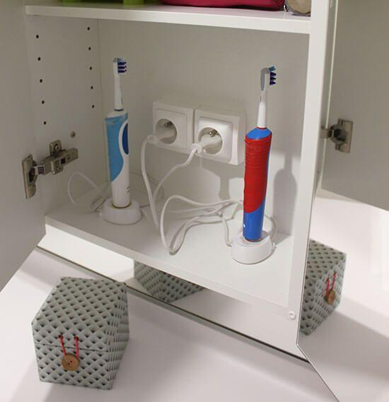 prise-de-courant-dans-meuble-pour-brosse-a-dents-electrique