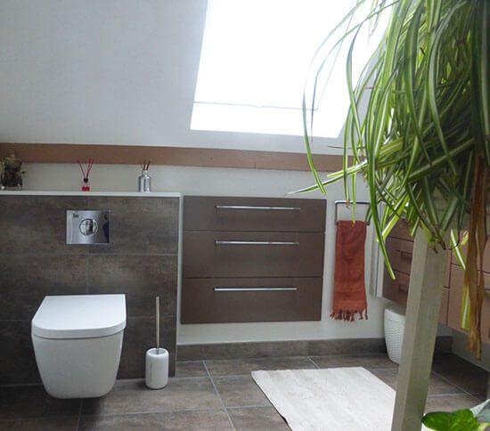 rendre une salle de bain sous rampant fonctionnel et pratique atlantic bain. Black Bedroom Furniture Sets. Home Design Ideas