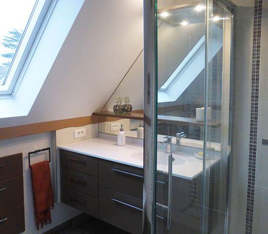 salle-de-bains-sous-rampant-avec-velux-et-meuble