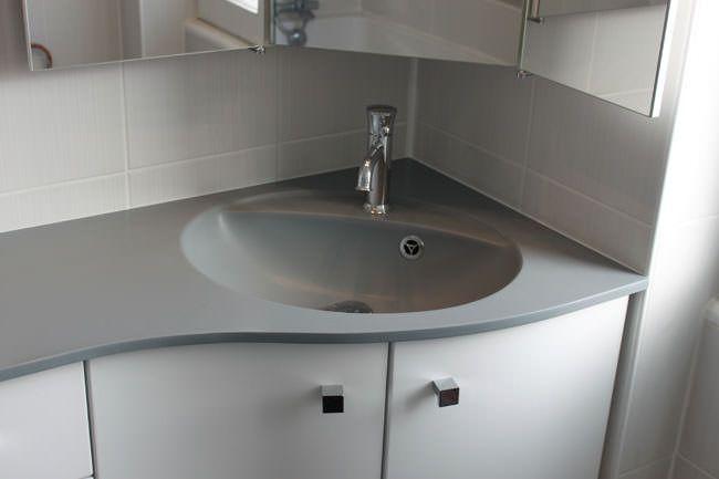 Meuble d 39 angle pour une petite salle de bain atlantic bain for Salle de bain angle