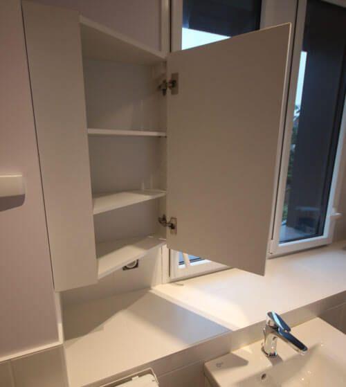 un meuble id al pour une salle de bains troite. Black Bedroom Furniture Sets. Home Design Ideas