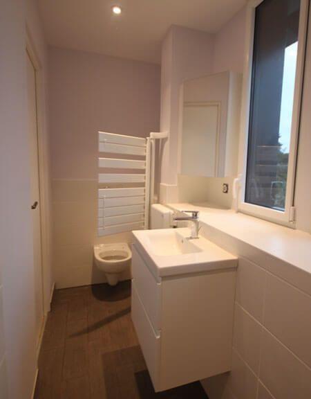 Un meuble id al pour une salle de bains troite for Plan petite salle de bain avec wc