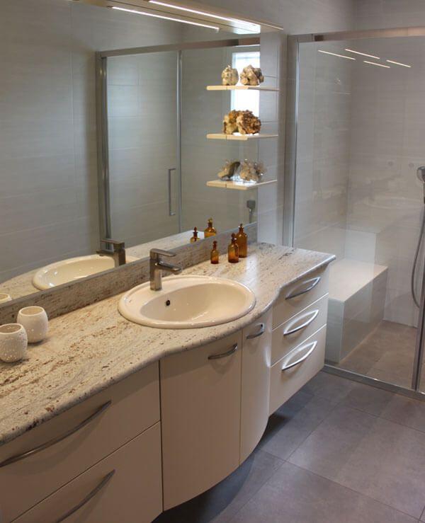 agencement d 39 une grande salle de bain avec un plan granit. Black Bedroom Furniture Sets. Home Design Ideas