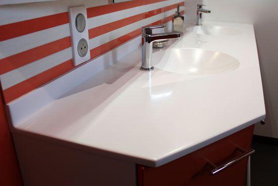 une salle de bain orange et un meuble sur mesure. Black Bedroom Furniture Sets. Home Design Ideas