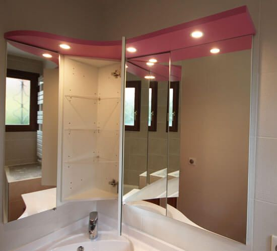 Un meuble d 39 angle rose avec tiroirs galb s atlantic bain for Armoire angle salle de bain