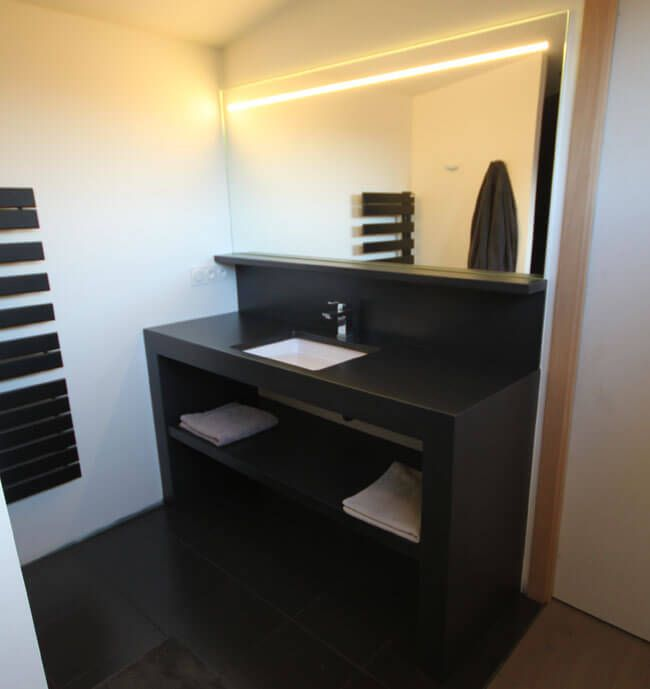 meuble sobre en b ton cir pour une salle de bain epur e. Black Bedroom Furniture Sets. Home Design Ideas