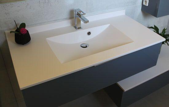 Un meuble en verre d cal avec un plan vasque moul for Plan vasque verre sur mesure