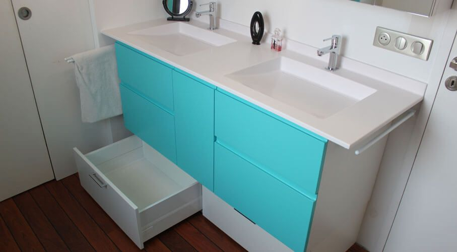 Un meuble double vasques simple et astucieux atlantic bain for Meuble salle de bain carrele