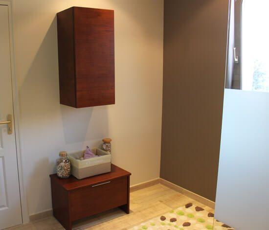 am nagement d 39 une salle de bain avec des meubles en bois massif atlantic bain. Black Bedroom Furniture Sets. Home Design Ideas