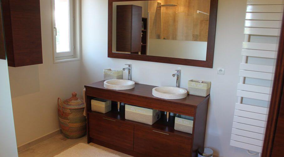 Aménagement d\'une salle de bain avec des meubles en bois massif ...