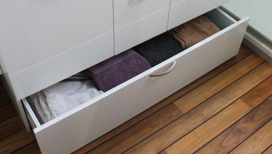 Un meuble de salle de bain fonctionnel avec du rangement - Meuble tiroir salle de bain ...
