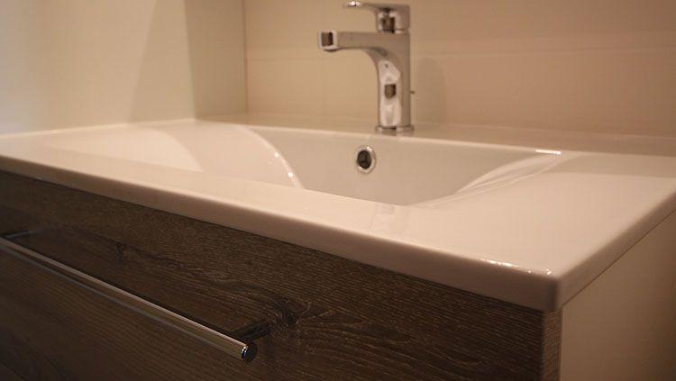 lavabo petite salle de bain simple astuces de rangements. Black Bedroom Furniture Sets. Home Design Ideas