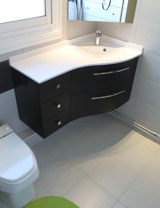Un meuble en angle avec tiroirs galb noir graphite - Salle de bain aubergine et blanc ...