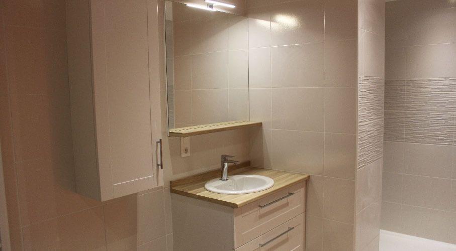 Salle de bain avec un petit meuble de 85 cm fonctionnel Customiser un meuble de salle de bain