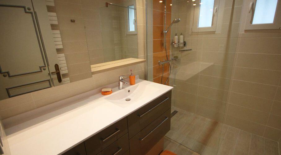 4 id es pour une salle de bains pratique et fonctionnelle Meuble salle de bain beige