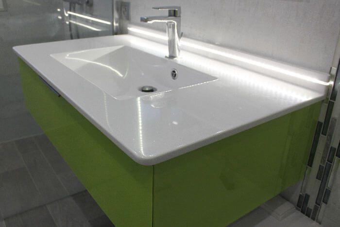 Un meuble d cal pour salle de bains moderne couleur vert for Surface d une salle de bain