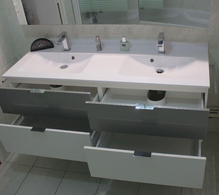 R novation avec un meuble suspendu blanc et gris alu for Meuble salle de bain a tiroir